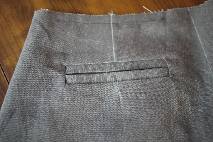 Welt pocket in brown linen trousers