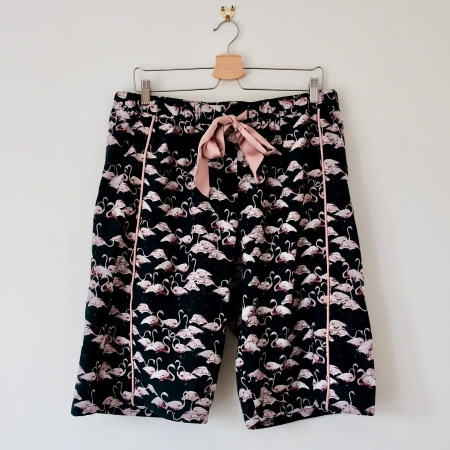Ladies pyjama shorts in navy fabric with pink flamingos